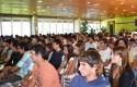 Los alumnos atentos al discurso del decano