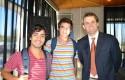 El decano, Rodrigo Castro, junto a los nuevos alumnos