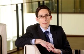 Investigador FEN publica paper sobre el rol de los medios de prensa en las empresas y recompra de sus acciones