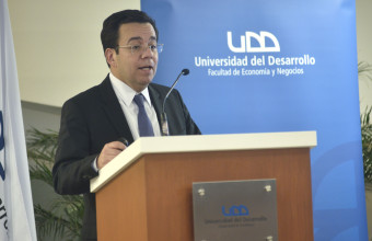 Ministro de Economía en lanzamiento de libro de emprendimiento nacional UDD