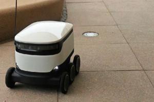 El pequeño robot hace el delivery de alimentos en una empresa de software en California. Mediante una aplicación los empleados hacen el pedido y reciben la alerta cuando su almuerzo llega al lobby del edificio.